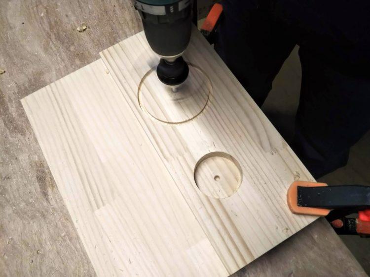 切れ刃の位置を変えて穴あけ