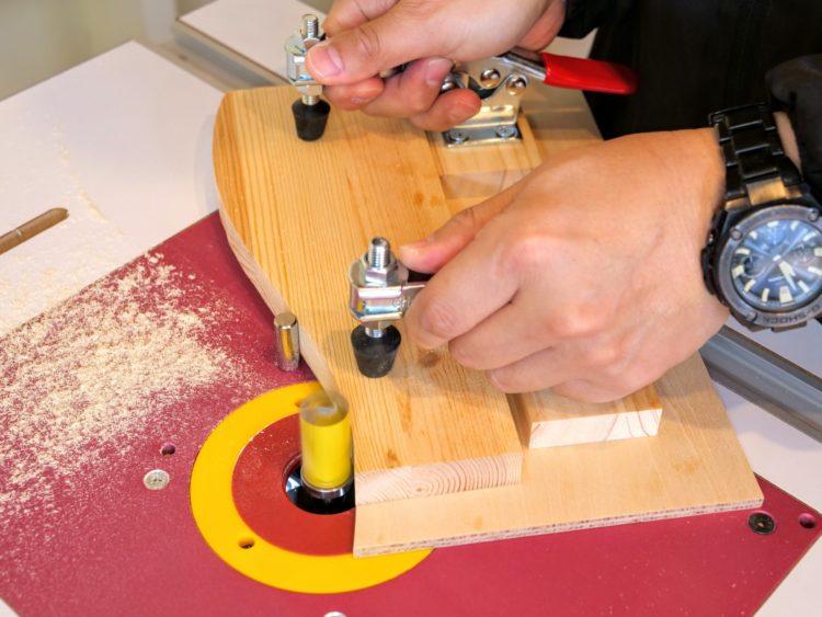 型板・加工材の当て方・切削位置に注意する