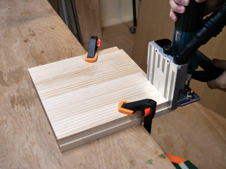 側板木口面にジョイントカッター裏面を密着させて切削