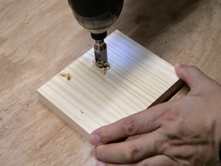 埋木錐を加工材に強く押し当て切削