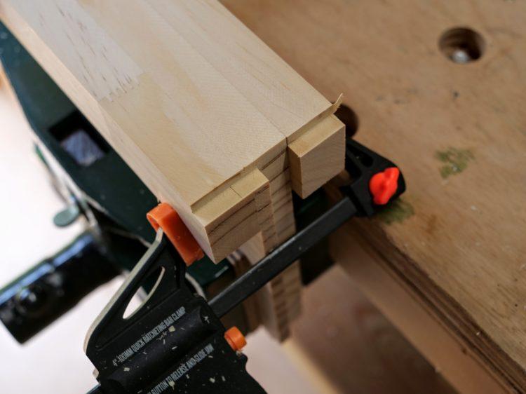 ②材をひっくり返し反対側の端部を欠き取り