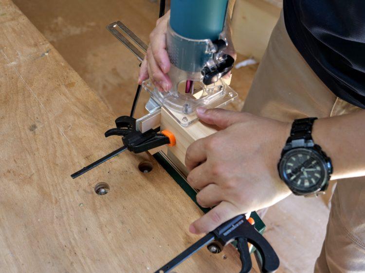 ②材木口面・当て木にストレートガイドを当てて切削