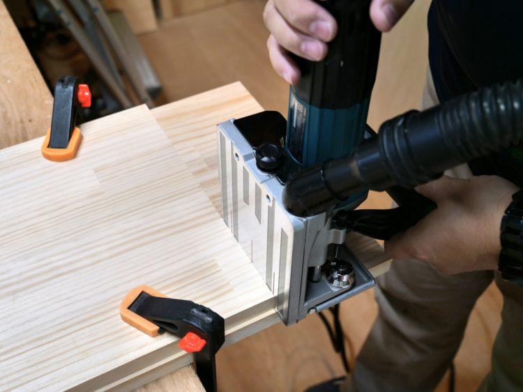 棚板木口面にジョイントカッター裏面を密着させて切削