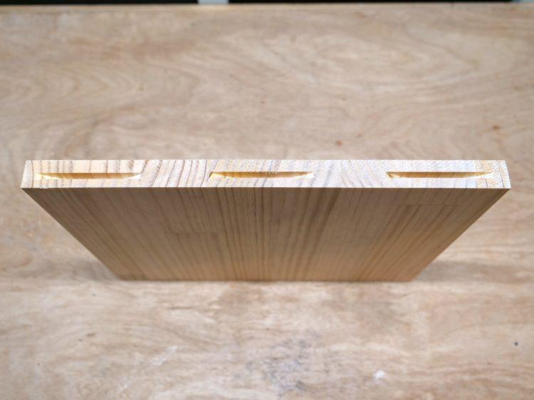 棚板木口面(左右両側)に溝を切削する