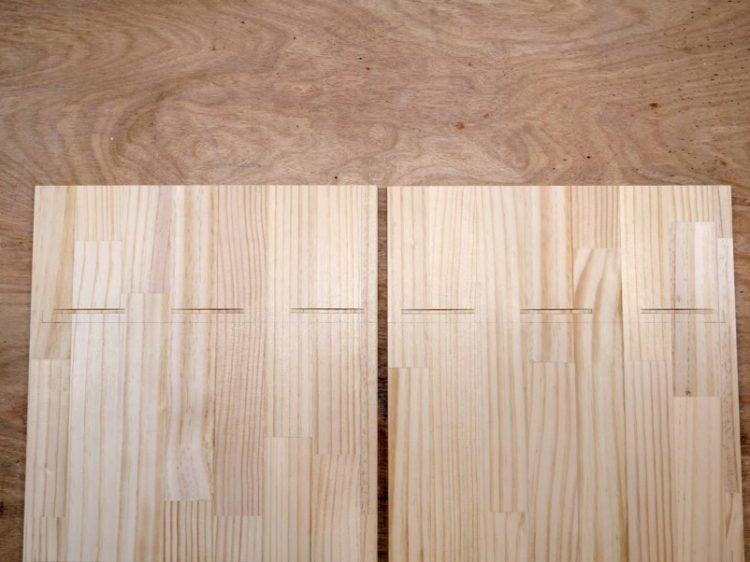 左右両方の側板内側に溝を切削する