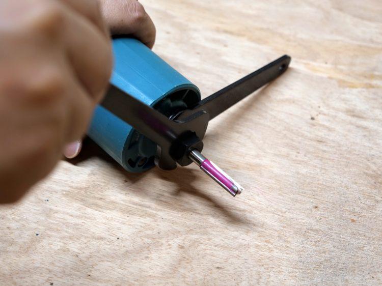 切削するあり溝幅に合うストレートビットを装着