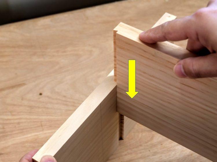 片あり形の溝(側板)に片あり形(棚板)をはめ込む