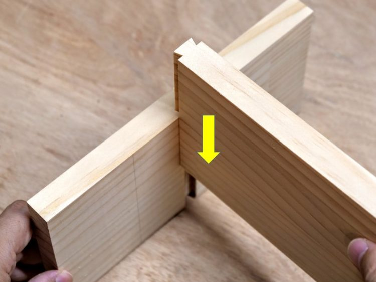 あり溝(側板)にあり形(棚板)をはめ込む