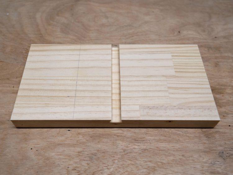 側板にあり溝を切削