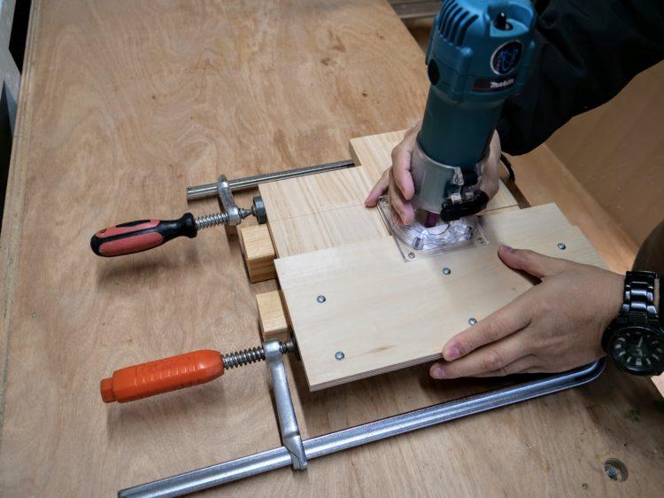 ストレートビット・自作ガイドを使用し溝切削