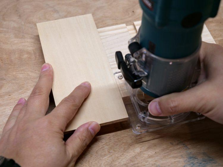 試し材をアリ溝ビットでガイドに沿って切削