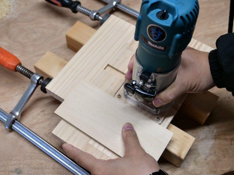 アリ溝ビット・ガイドを使用し片あり形溝を切削
