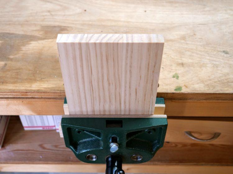B材を作業台に固定する