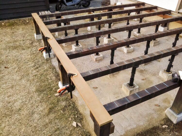 1枚目の床板をクランプで固定