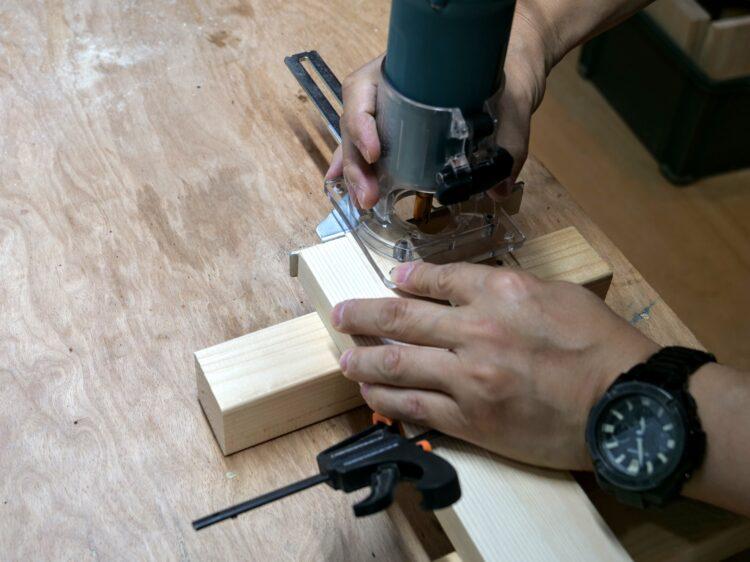 ②材の木口面にストレートガイドが当たるまで切削
