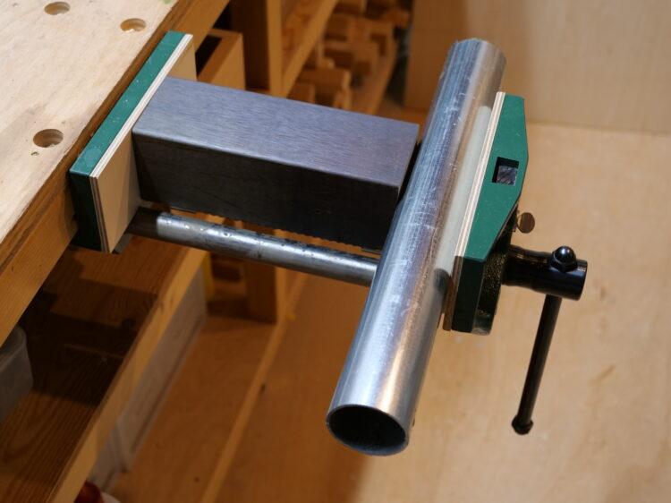 材料(単管パイプ)を万力等で固定