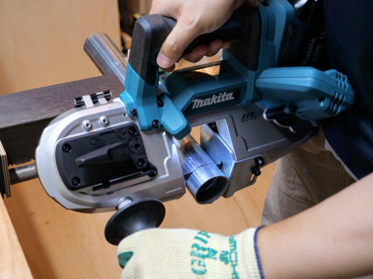 ポータブルバンドソーによる単管パイプの切断加工