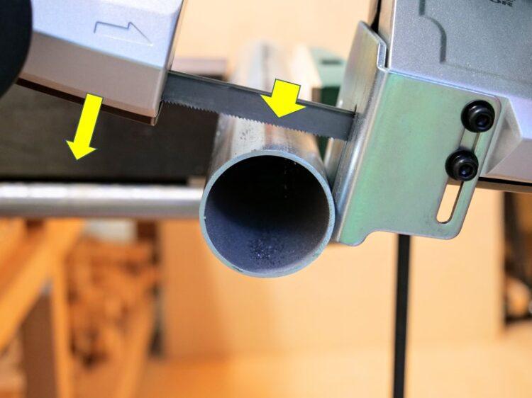 ストッパプレートを材料に当てながらソーブレードを近づけていく