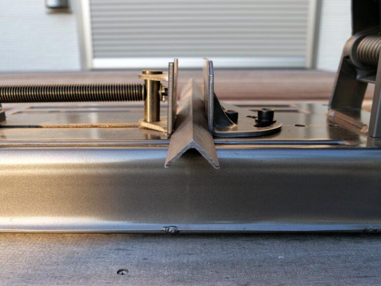 アングル鋼の両端部を下に向けて固定