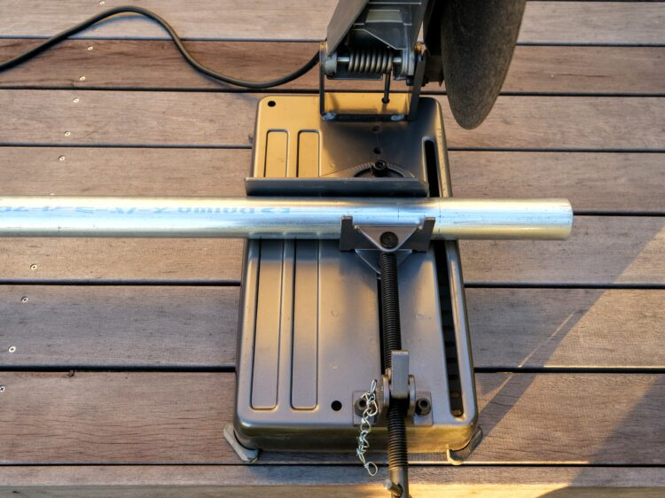 単管パイプを固定・可動バイスで固定