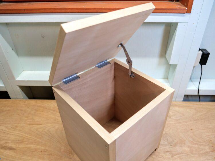 ワンタッチステーがロックし上蓋の開きを保持